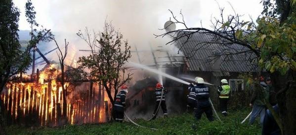 BUDACU DE SUS: Anexele unei gospodării au fost mistuite de flăcări