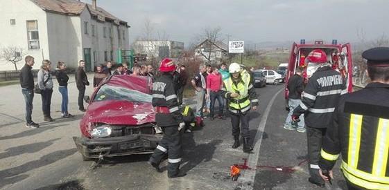 Un autoturism s-a răsturnat la intrare în localitatea Dumitra. Trei persoane au ajuns la spital