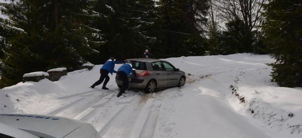 Turişti blocaţi pe drumul spre Valea Blaznei, ajutați de jandarmii montani din Rodna