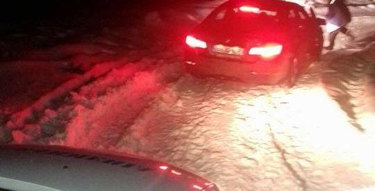 Trei turiști blocați pe drumul spre complexul Alpina Blazna au fost ajutați de jamdarmi