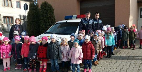 45 de copii de grădiniță, din Telciu, au vizitat postul de Poliție